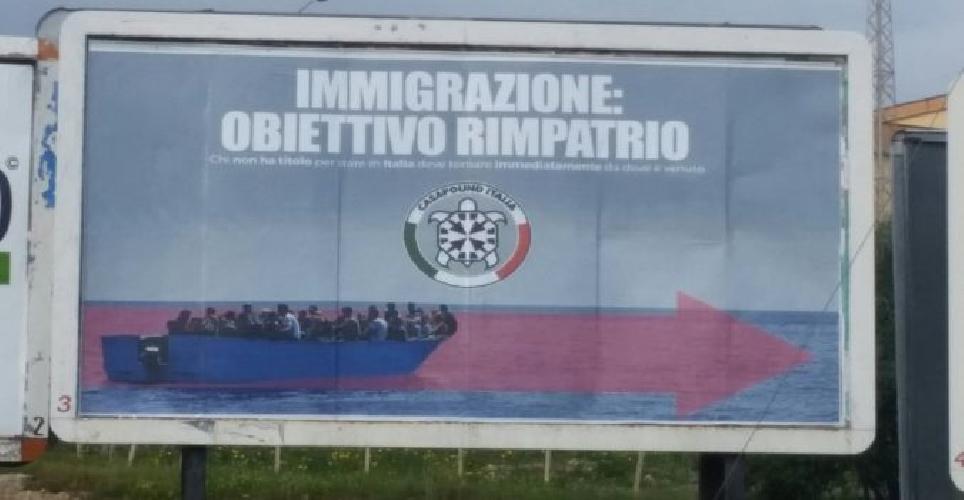 https://www.ragusanews.com//immagini_articoli/13-01-2018/casapound-affigge-anti-immigrati-noto-500.png