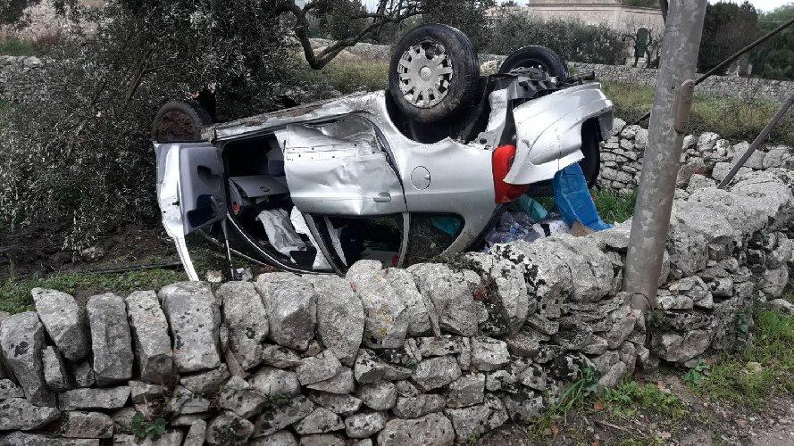 http://www.ragusanews.com//immagini_articoli/13-01-2018/modica-incidente-contrada-musebbi-autista-sbanda-cappotta-500.jpg