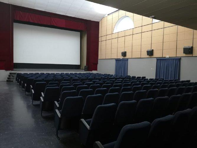 https://www.ragusanews.com//immagini_articoli/13-01-2021/1610525302-misure-anti-covid-i-processi-si-fanno-al-cinema-foto-9-500.jpg