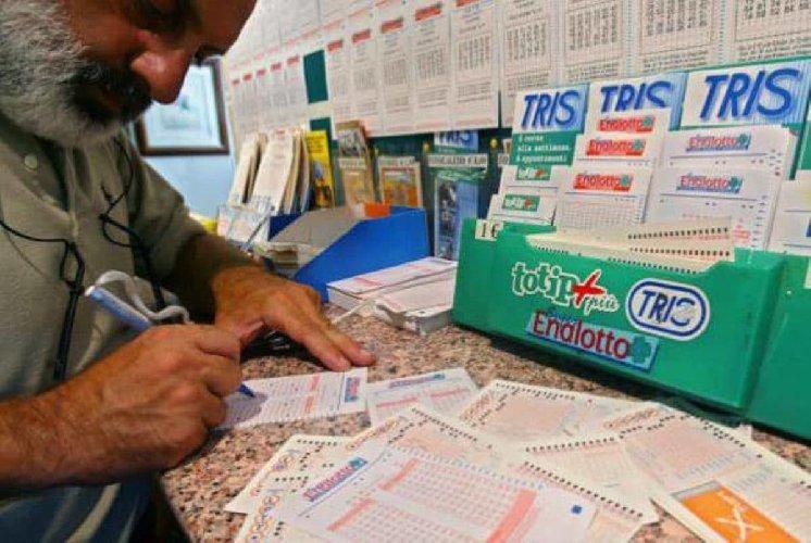 https://www.ragusanews.com//immagini_articoli/13-01-2021/ragusa-gioca-vinve-400-mila-euro-e-percepisce-reddito-di-cittadinanza-500.jpg