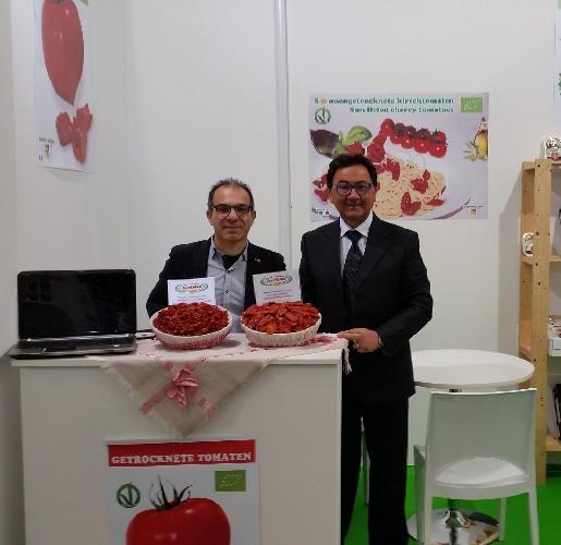 http://www.ragusanews.com//immagini_articoli/13-02-2016/si-scrive-tomaten-si-legge-pomodori-secchi-500.jpg