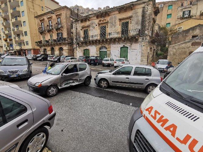 https://www.ragusanews.com//immagini_articoli/13-02-2021/scontro-fra-due-auto-in-corso-umberto-a-modica-500.jpg