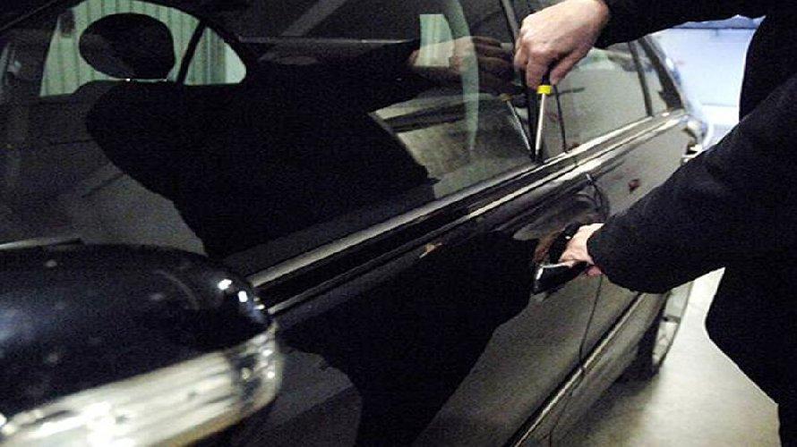 http://www.ragusanews.com//immagini_articoli/13-03-2018/modica-tentano-rubare-auto-commessa-arrestata-coppia-500.jpg
