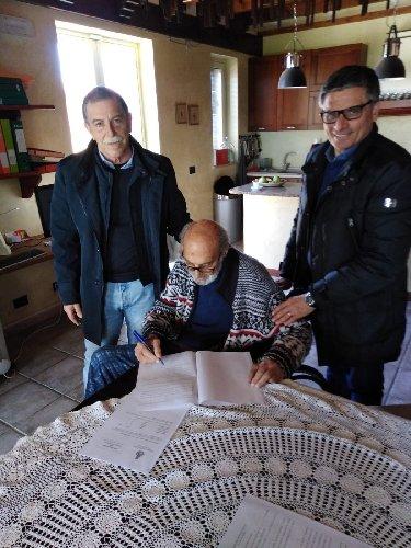https://www.ragusanews.com//immagini_articoli/13-03-2019/nicola-giardina-dona-documenti-storici-comune-pozzallo-500.jpg