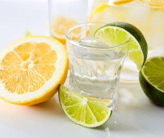 https://www.ragusanews.com//immagini_articoli/13-03-2021/perche-bere-acqua-e-limone-fa-bene-280.jpg