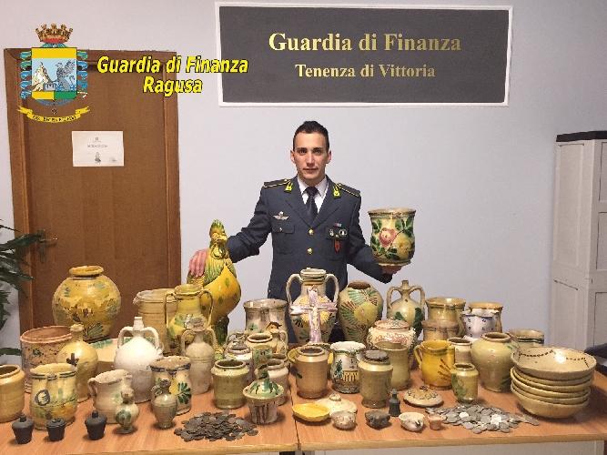 http://www.ragusanews.com//immagini_articoli/13-04-2015/monete-e-vasi-di-interesse-archeologico-nascosti-in-casa-500.jpg