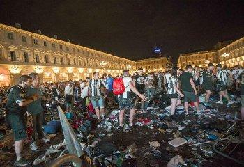 https://www.ragusanews.com//immagini_articoli/13-04-2018/arresti-fatti-piazza-carlo-torino-240.jpg