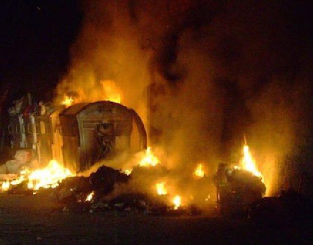 https://www.ragusanews.com//immagini_articoli/13-04-2018/modica-cassonetti-incendiati-notte-500.jpg