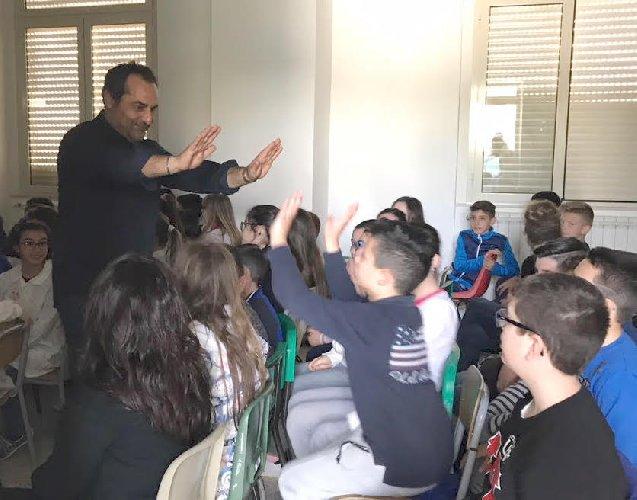 https://www.ragusanews.com//immagini_articoli/13-04-2018/registra-francesco-millonzi-banchi-scuola-ferla-500.jpg