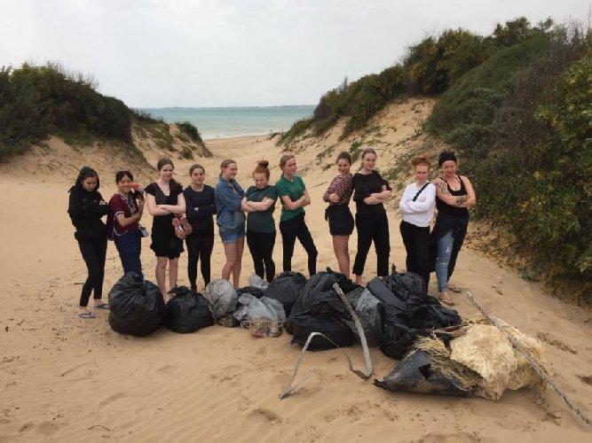 https://www.ragusanews.com//immagini_articoli/13-04-2018/spiaggia-ispica-sporca-puliscono-turiste-danesi-500.jpg