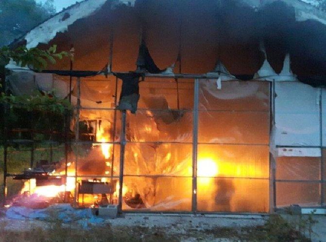 https://www.ragusanews.com//immagini_articoli/13-04-2018/vittoria-fuoco-serre-contrada-anguilla-500.jpg