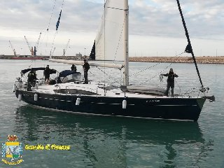 https://www.ragusanews.com//immagini_articoli/13-04-2019/una-barca-a-vela-on-6200-kg-di-droga-al-largo-di-pozzallo-240.jpg