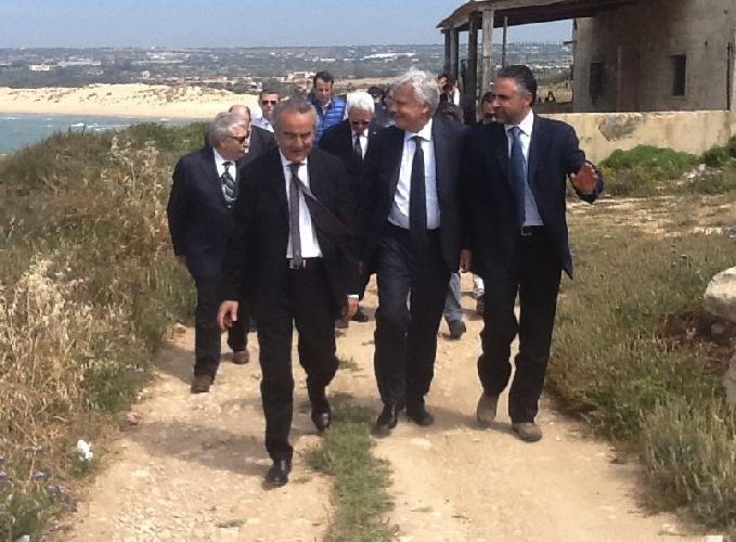 http://www.ragusanews.com//immagini_articoli/13-05-2014/ministro-al-pisciotto-i-grillini-passeggiata-elettorale-500.jpg