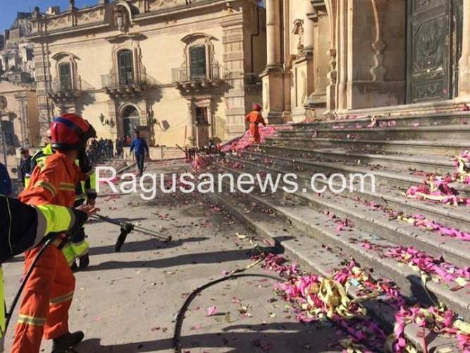 http://www.ragusanews.com//immagini_articoli/13-05-2017/fuochi-festa-giorgio-ragioni-ditta-500.jpg