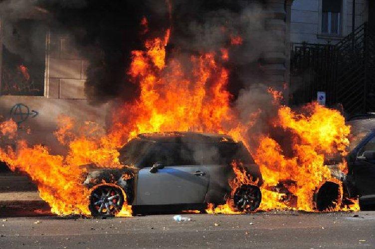 https://www.ragusanews.com//immagini_articoli/13-05-2019/catania-41enne-resta-intrappolato-dentro-la-sua-auto-in-fiamme-500.jpg