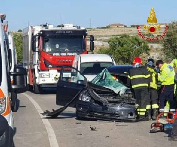 https://www.ragusanews.com//immagini_articoli/13-05-2021/furgone-contro-auto-ferito-21enne-500.jpg