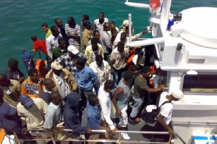 http://www.ragusanews.com//immagini_articoli/13-06-2014/311-migranti-a-pozzallo-arrestato-scafista-le-notizie-su-facebook-500.jpg