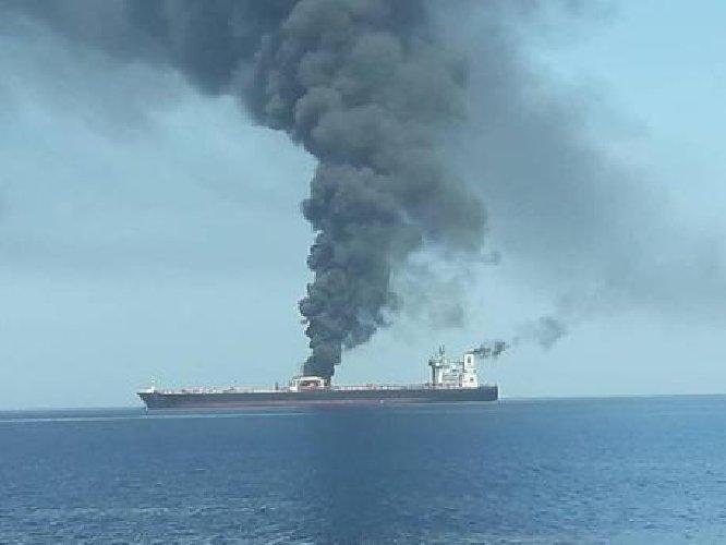 Petroliere a fuoco nel golfo di Oman, attaccate con i siluri - Primopiano
