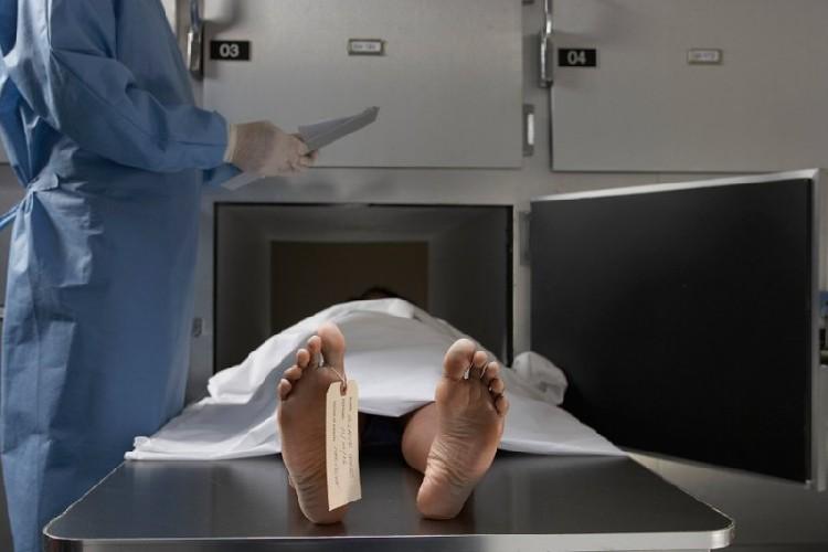 https://www.ragusanews.com//immagini_articoli/13-06-2020/sicilia-il-morto-si-sveglia-e-stringe-la-mano-al-medico-legale-500.jpg