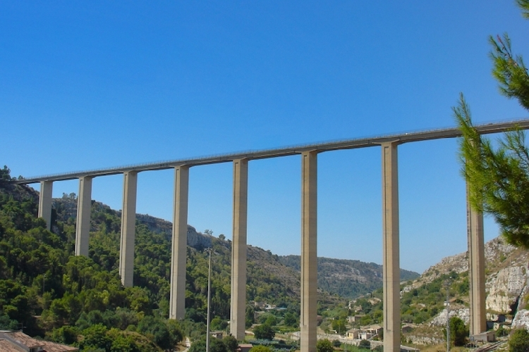 https://www.ragusanews.com//immagini_articoli/13-07-2017/40enne-sciclitana-tenta-suicidio-ponte-salvata-500.jpg