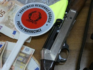 https://www.ragusanews.com//immagini_articoli/13-07-2018/pistola-mila-euro-addosso-arrestato-32enne-240.jpg