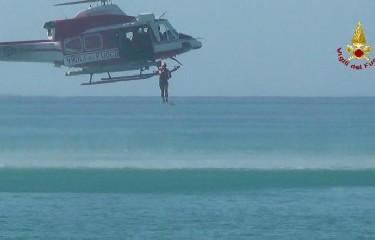 https://www.ragusanews.com//immagini_articoli/13-07-2020/20enne-trovato-morto-sugli-scogli-recuperato-con-elicottero-240.jpg