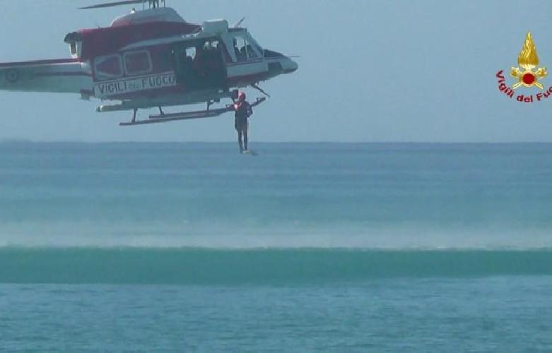 https://www.ragusanews.com//immagini_articoli/13-07-2020/20enne-trovato-morto-sugli-scogli-recuperato-con-elicottero-500.jpg