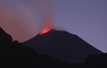 https://www.ragusanews.com//immagini_articoli/13-07-2020/l-etna-continua-l-eruzione-240.jpg