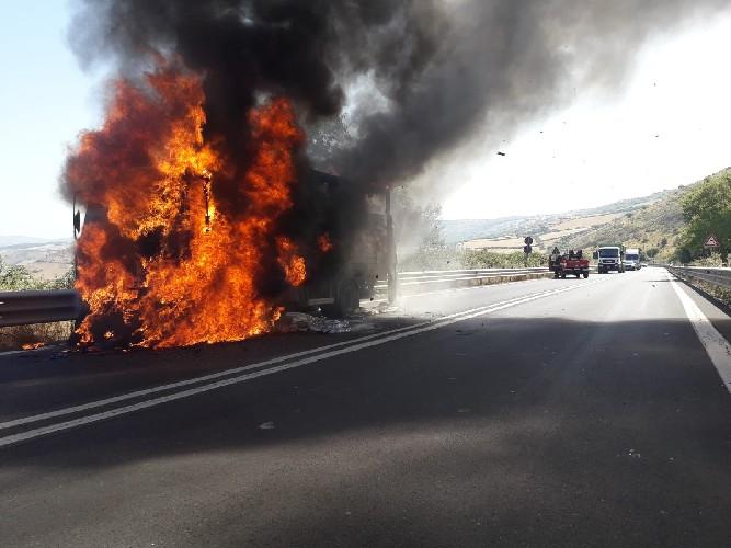 https://www.ragusanews.com//immagini_articoli/13-07-2020/si-incendia-un-autocarro-sulla-ragusa-catania-500.jpg