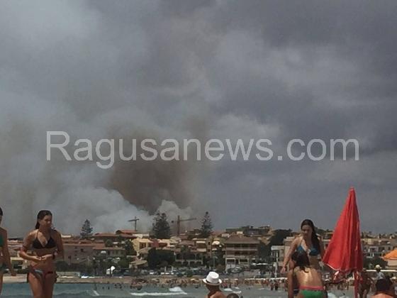 https://www.ragusanews.com//immagini_articoli/13-08-2016/fumarole-abusive-visibili-dalla-spiaggia-420.jpg