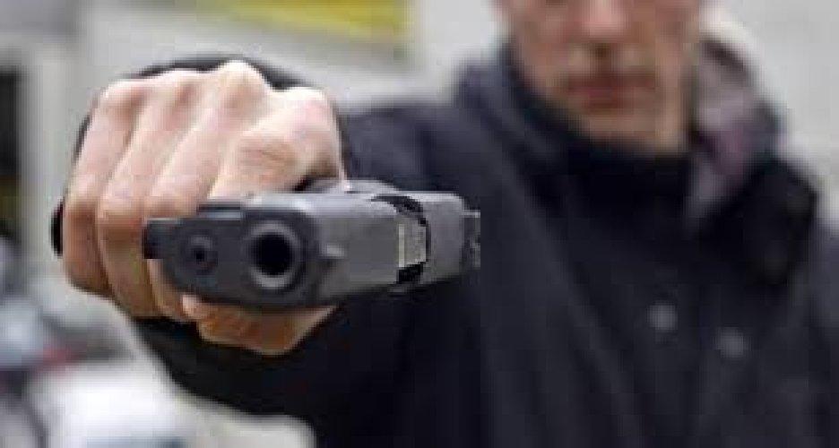 https://www.ragusanews.com//immagini_articoli/13-08-2018/migrante-punta-pistola-titolare-chalet-prende-soldi-fugge-500.jpg