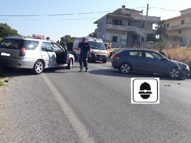 https://www.ragusanews.com//immagini_articoli/13-08-2019/scontro-tra-auto-per-un-sorpasso-due-feriti-patente-ritirata-500.jpg
