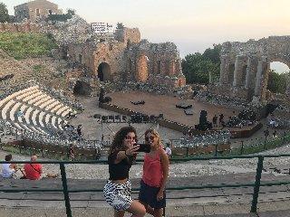 https://www.ragusanews.com//immagini_articoli/13-08-2019/teatro-antico-isola-bella-aperti-a-ferragosto-240.jpg
