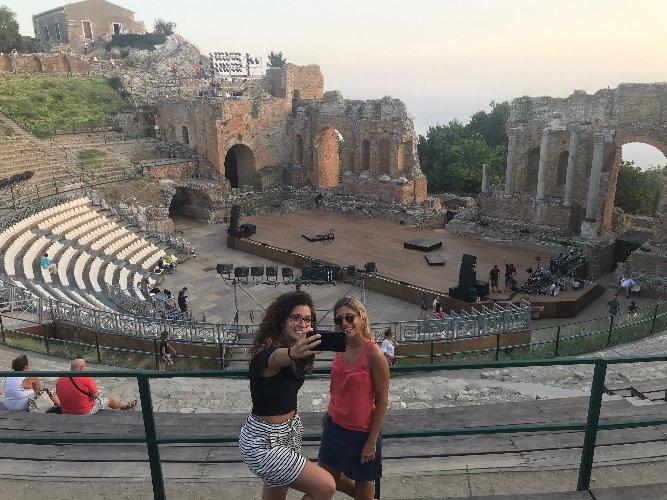 https://www.ragusanews.com//immagini_articoli/13-08-2019/teatro-antico-isola-bella-aperti-a-ferragosto-500.jpg