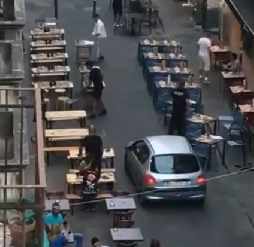 https://www.ragusanews.com//immagini_articoli/13-09-2021/concessioni-selvagge-strade-invase-da-tavoli-impossibile-muoversi-video-500.jpg