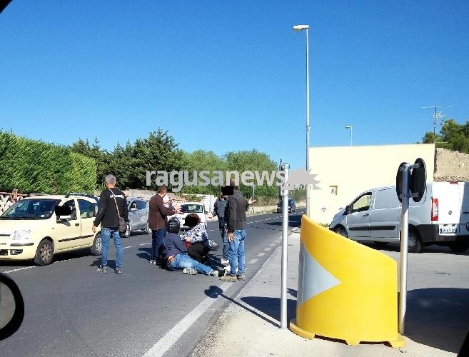 https://www.ragusanews.com//immagini_articoli/13-10-2017/incidente-comisopedalino-auto-scooter-500.jpg