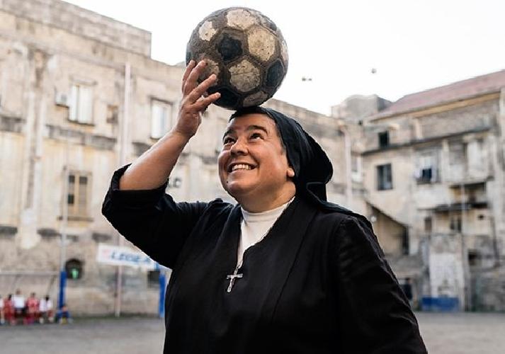 http://www.ragusanews.com//immagini_articoli/13-10-2017/suora-ispica-gioca-pallone-500.jpg