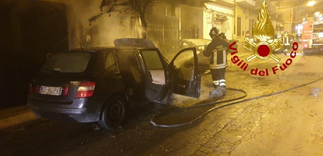 https://www.ragusanews.com//immagini_articoli/13-10-2019/1570967814-fuoco-auto-moto-vittoria-1-500.jpg