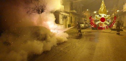 https://www.ragusanews.com//immagini_articoli/13-10-2019/1570967814-fuoco-auto-moto-vittoria-2-240.jpg