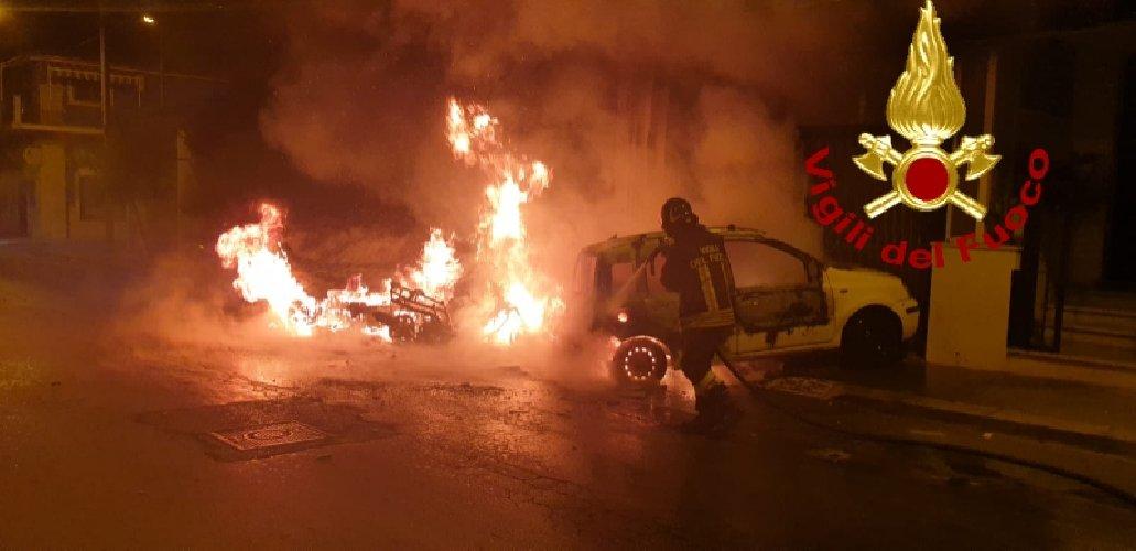 https://www.ragusanews.com//immagini_articoli/13-10-2019/1570967814-fuoco-auto-moto-vittoria-3-500.jpg