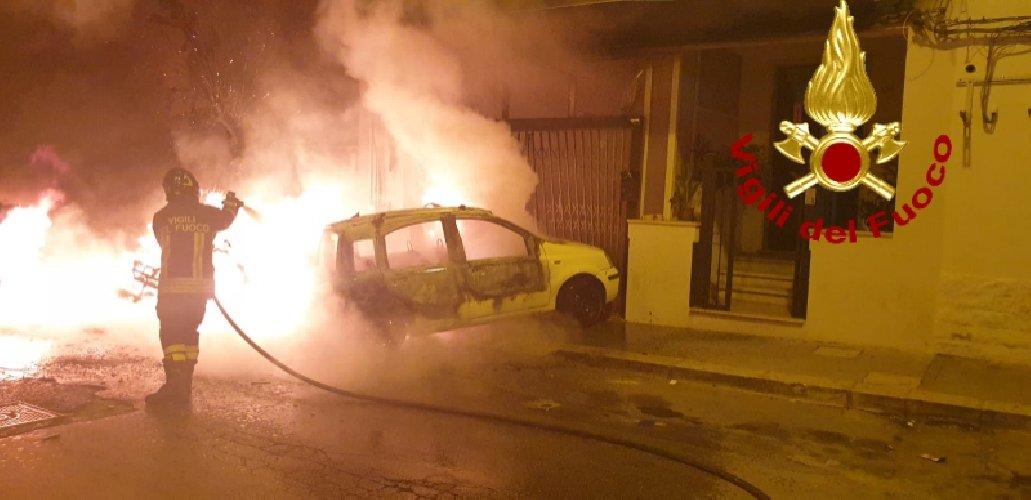 https://www.ragusanews.com//immagini_articoli/13-10-2019/1570967815-fuoco-auto-moto-vittoria-4-500.jpg