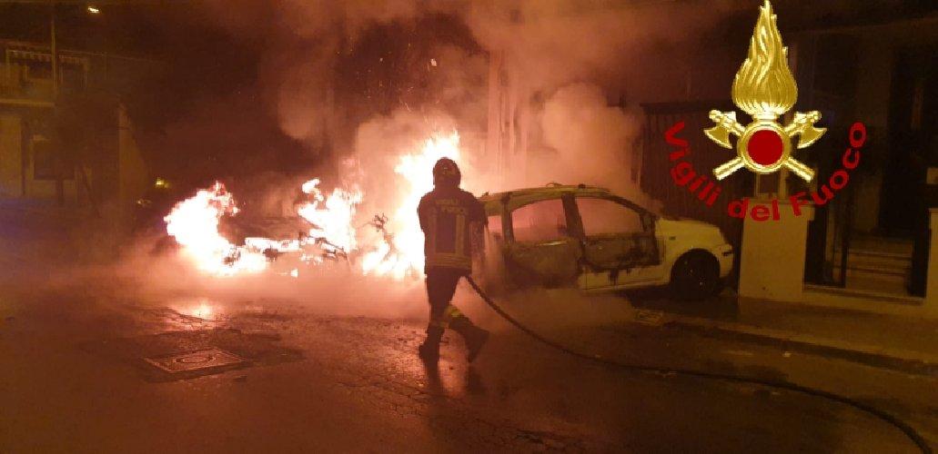 https://www.ragusanews.com//immagini_articoli/13-10-2019/1570967815-fuoco-auto-moto-vittoria-5-500.jpg