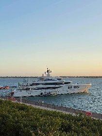 https://www.ragusanews.com//immagini_articoli/13-10-2020/spectre-lo-yacht-migliore-del-mondo-a-siracusa-280.jpg
