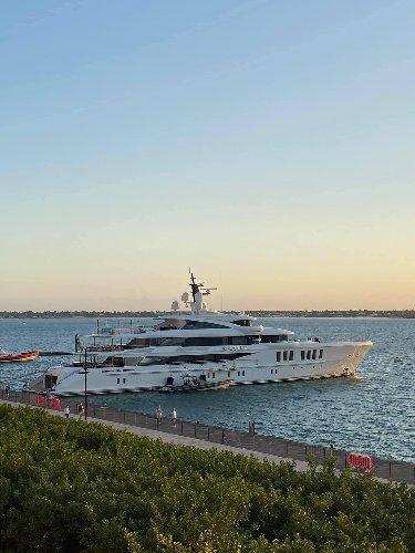 https://www.ragusanews.com//immagini_articoli/13-10-2020/spectre-lo-yacht-migliore-del-mondo-a-siracusa-500.jpg
