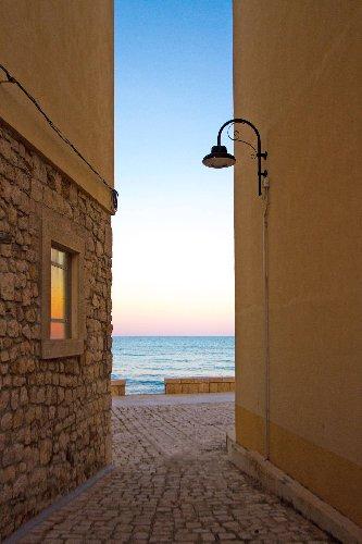 https://www.ragusanews.com//immagini_articoli/13-10-2020/traveller-the-best-places-in-sicily-sampieri-500.jpg