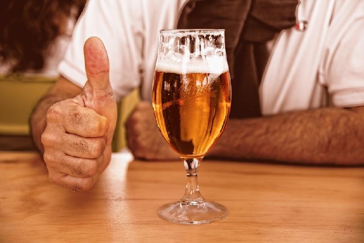 https://www.ragusanews.com//immagini_articoli/13-10-2021/dieta-della-birra-dimagrire-con-la-bionda-500.jpg