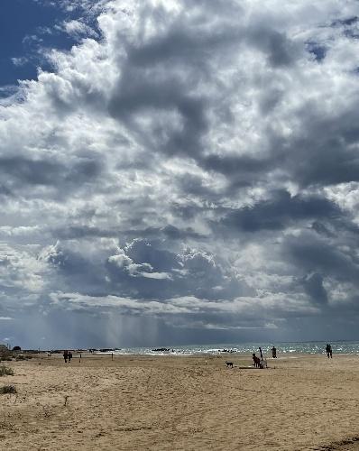 https://www.ragusanews.com//immagini_articoli/13-10-2021/scicli-bagni-al-mare-anche-con-le-nuvole-video-500.jpg