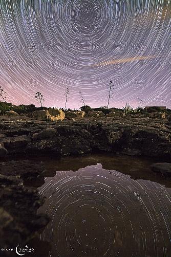 https://www.ragusanews.com//immagini_articoli/13-10-2021/star-trail-reflection-a-marina-di-modica-500.jpg