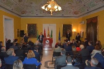 http://www.ragusanews.com//immagini_articoli/13-11-2017/valigia-diplomatica-quattro-ambasciatori-modica-240.jpg