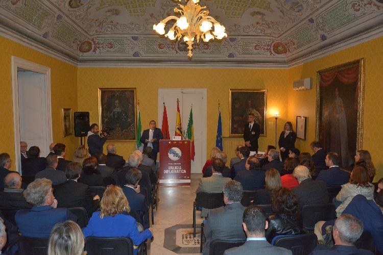 https://www.ragusanews.com//immagini_articoli/13-11-2017/valigia-diplomatica-quattro-ambasciatori-modica-500.jpg